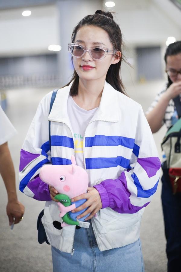 李沁手拿小猪佩奇玩偶  图片源自视觉中国