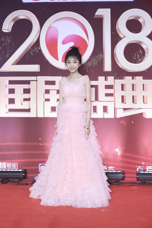 姜梓新身穿粉色长裙  图片源自视觉中国