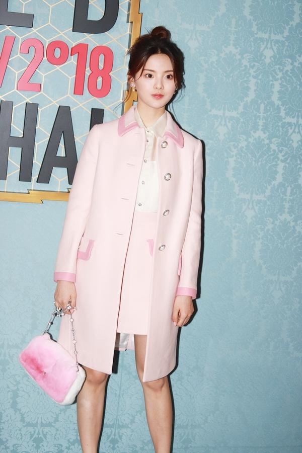 杨超越身穿粉色套装  图片源自视觉中国