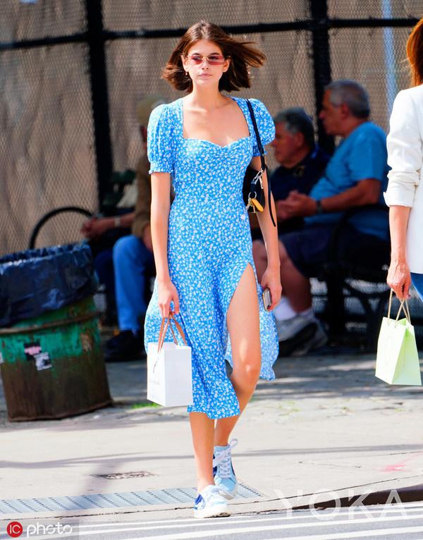Kaia Gerber 连衣裙:Reformation/手袋:Prada/帆布鞋:Converse/墨镜:Miu Miu