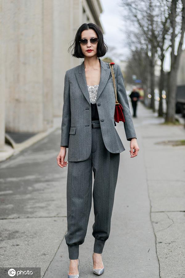黑色西装太单调?何穗穿的灰色更不错!