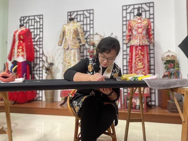 唐志茹 广州市级非遗代表性项目钉金绣裙褂制作技艺传承人