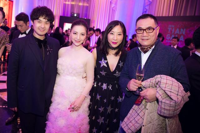 著名服装设计师huishan zhang 先生在2016 tian gala晚宴现场
