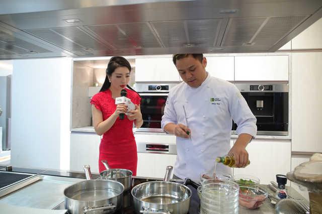 极食餐厅行政总厨杨文烹制新西兰羊排