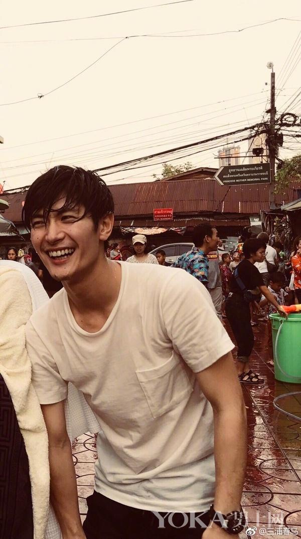 正在逛菜市場的三浦春馬 圖片來源:新浪微博@三浦春馬